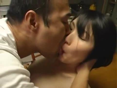 人妻動画。韓国人みたいな顔の貧乳ガリガリ人妻が寝取られる